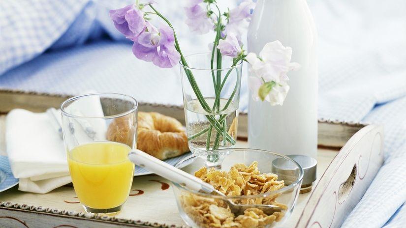 idee romantiche per san valentino colazione a letta spremuta cornetto fiori