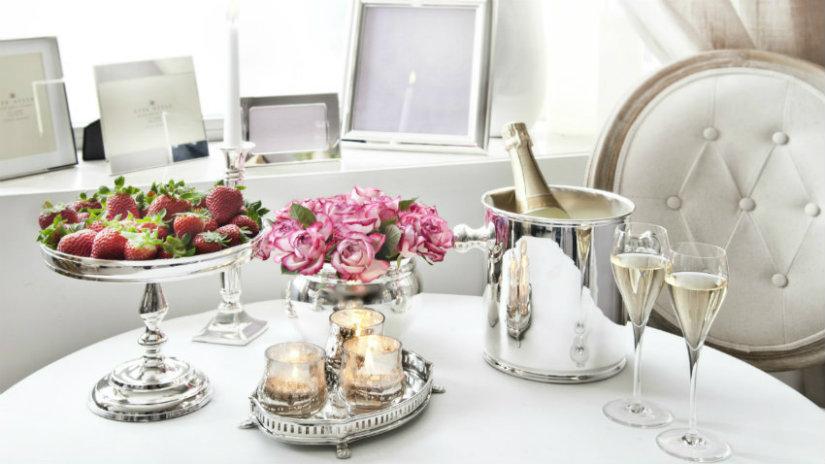 idee romantiche per san valentino tavola vino candele fragole fiori