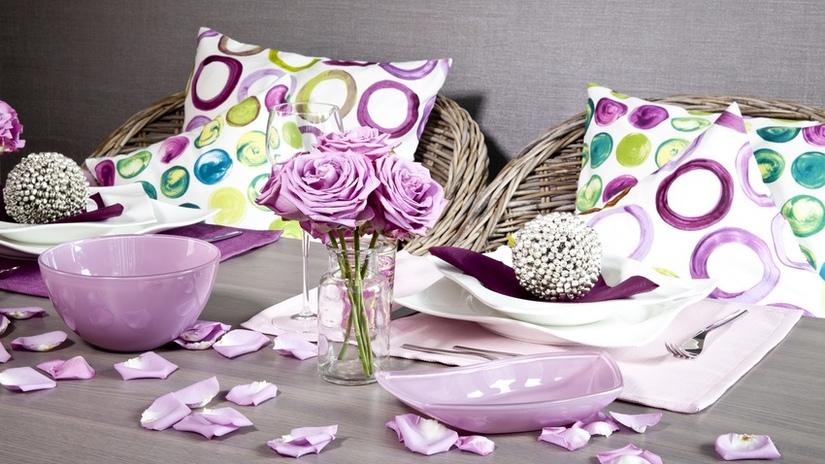 tavola romantica vaso con fiori petali cuscini