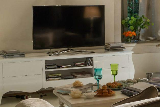 Tv appesa al muro come nascondere i fili great tv appesa al muro come nascondere i fili with tv - Porta televisore da parete ...