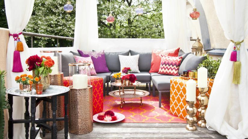 tende a fiori divano cuscini colorati tavolino