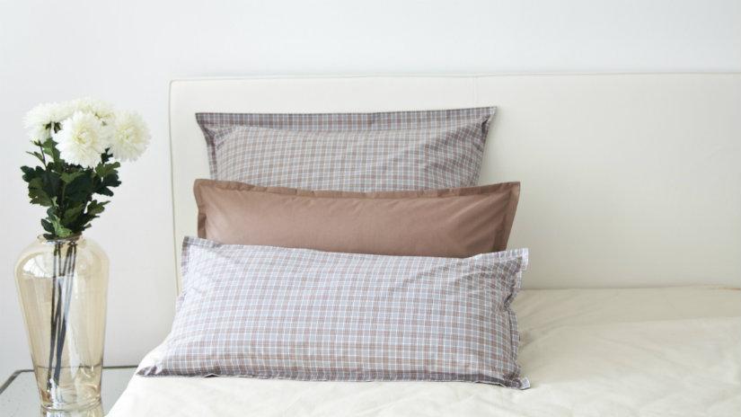 copritestata da letto cuscini lenzuola bianche