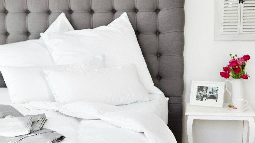 copritestata da letto grigia lenzuola bianche comodino rosa