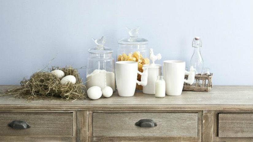 credenza classica tazze vasetti vetro cucina uova