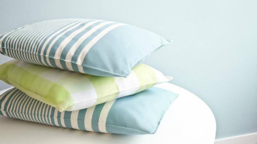 cuscini a righe trio parete azzurra
