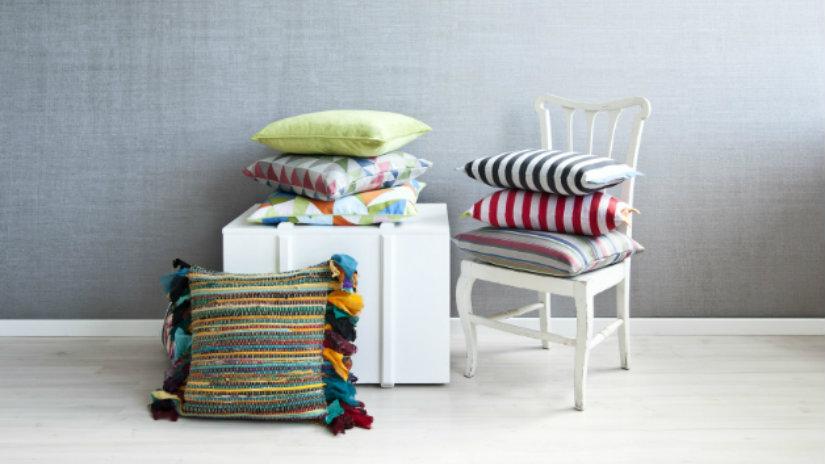 cuscini a righe sedia bianca