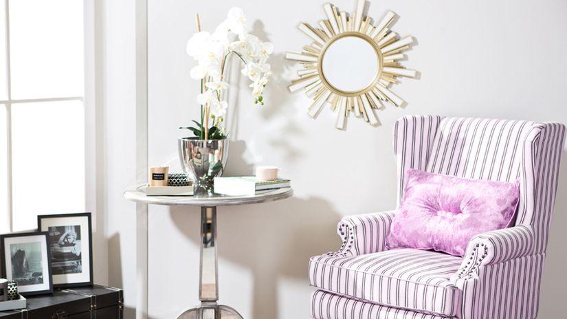 cuscini trapuntati poltrona specchio tavolino orchidea