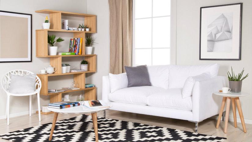 mensole in legno e divano bianco a due posti
