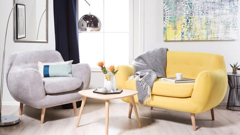 quadri astratti poltrona gialla in tessuto