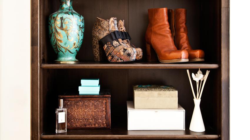 scaffali in legno scarpe vasi scatole