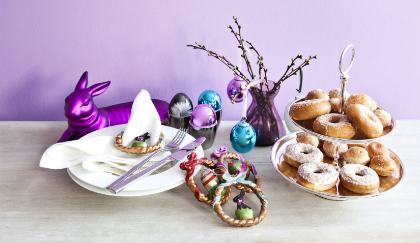 uova colorate con dolcetti
