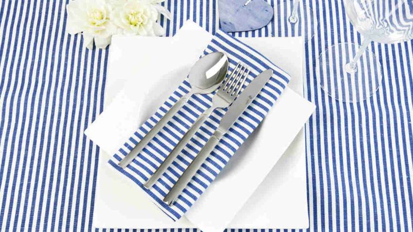 servizio di piatti quadrati bianchi tovaglia a righe