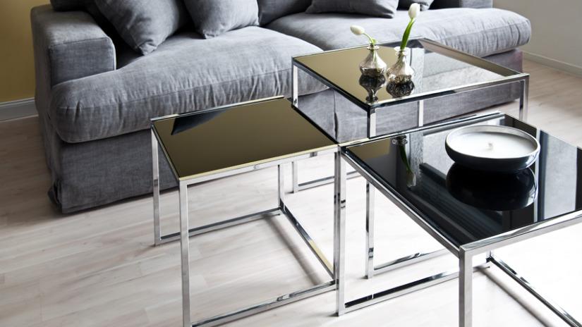 tavolino in acciaio candela divano a due posti grigio