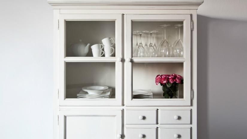 vetrina bianca in legno ante in vetro cassetti
