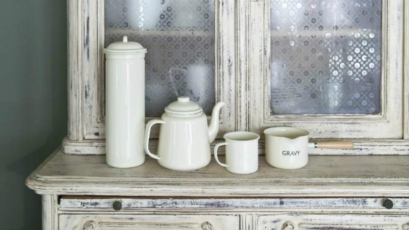 vetrina da soggiorno legno decapato bianco