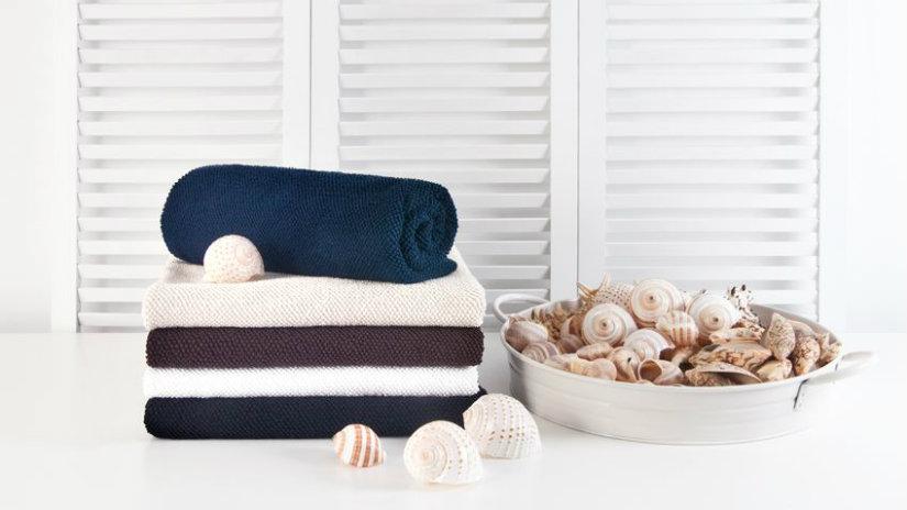 bagno stile marinaro asciugamani bianchi e blu conchiglie