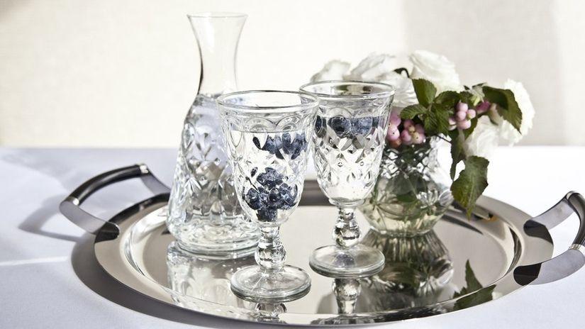 brocca per vino vassoio bicchieri fiori