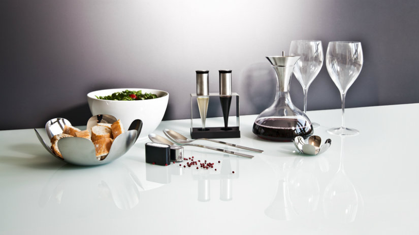 brocca per vino bicchieri pane ciotola