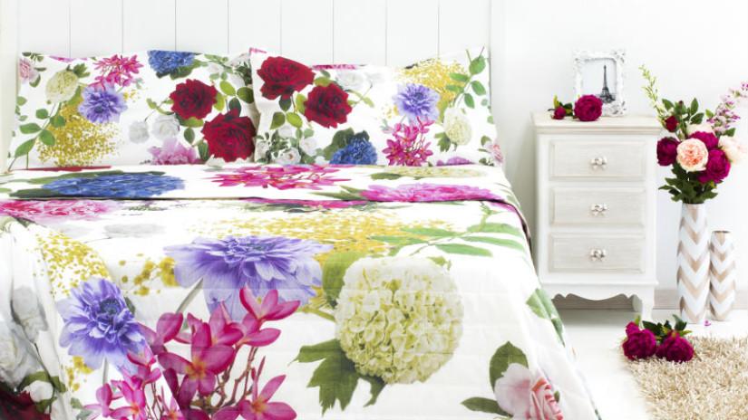 letti in ferro battuto copriletto floreale abat jour