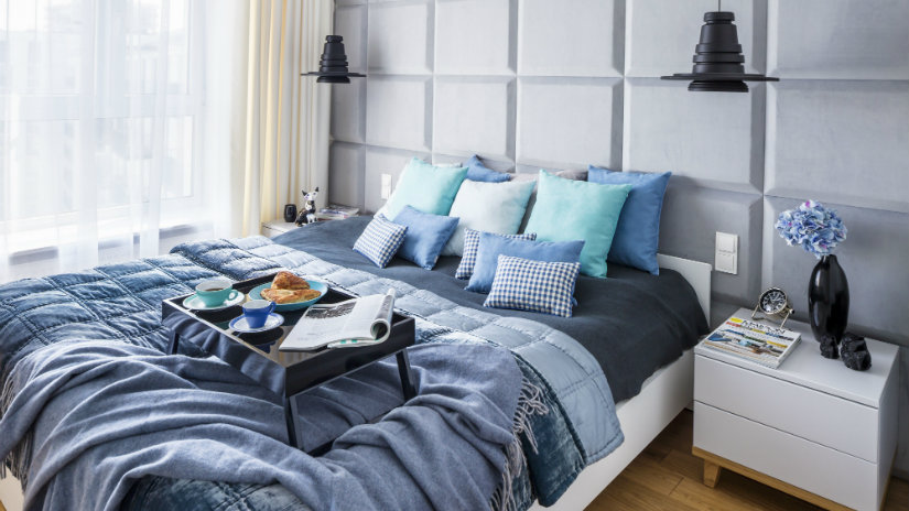 idee per arredare la camera da letto letto vassoio cuscini lampade