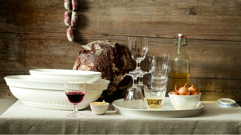 tavernetta rustica piatti pane legno bicchieri