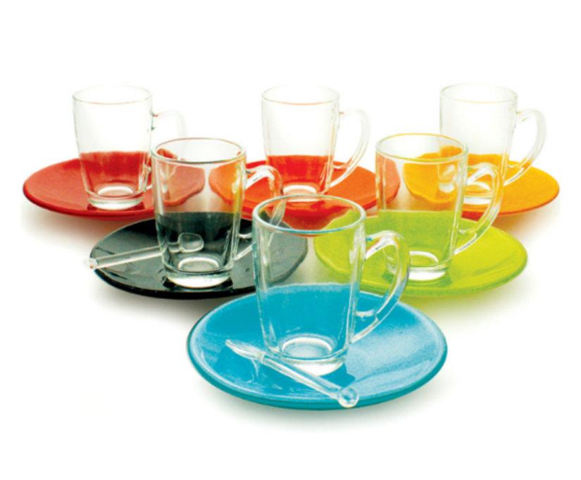 tazze in vetro con piattini colorati