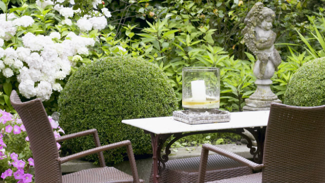arredare il giardino tavolo sedie candela
