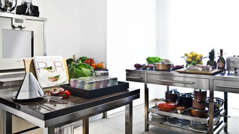 cucina open space in acciaio