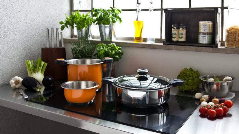 cucina piccola pentole fornelli verdura portaspezie