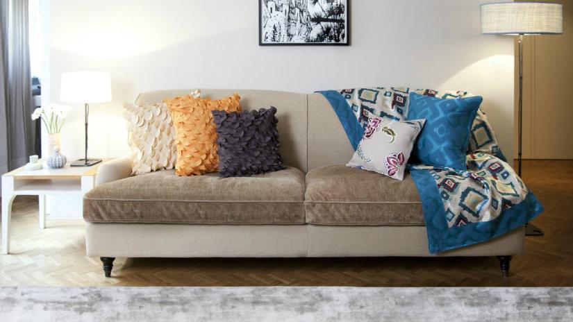 divani in velluto tappeto tavolino lampade cuscini plaid