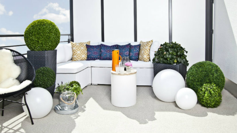 portavasi alti terrazzo divanetto pouf lampade piante