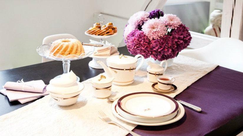 runner in lino alzata piatti vaso di fiori dolci tè