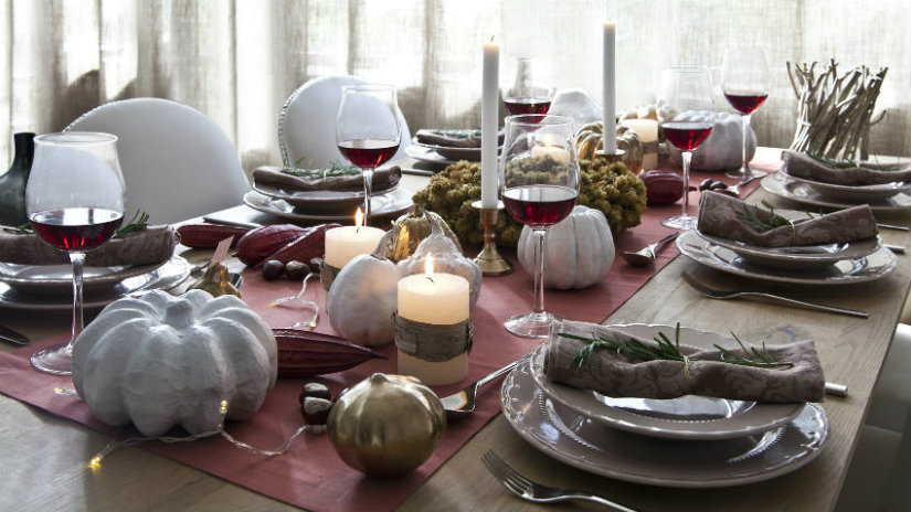 runner rosso tavola candele piatti mise en place