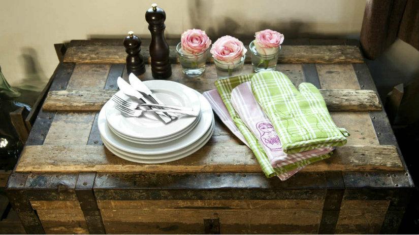 arredamento rustico panca posate guanti da cucina macinapepe