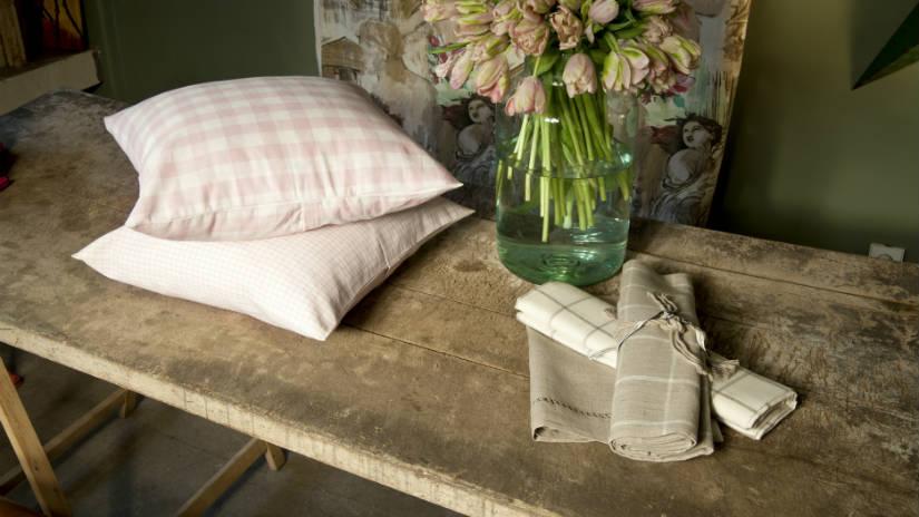 arredamento rustico panca cuscini fiori