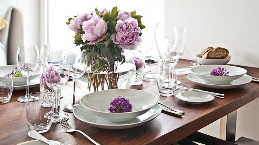 centrotavola provenzale fiori piatti tavolo