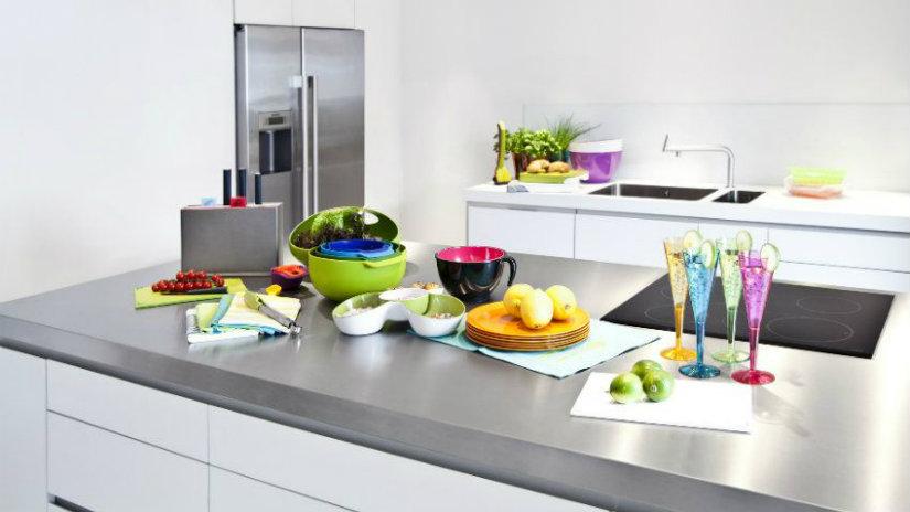 cucina con isola terrine calici coltelli bancone frigorifero