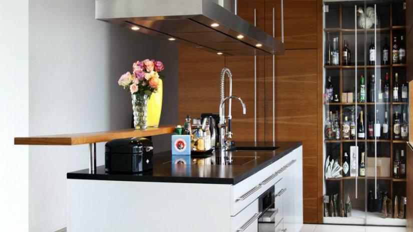 cucina con isola bancone fiori lavello dispensa