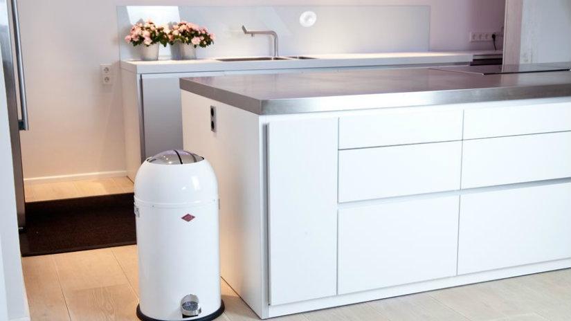 cucina con isola minimal bianca cestino cassetti