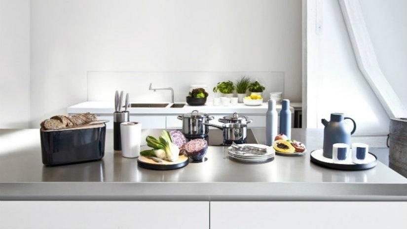 cucina con isola pane tazzine verdura coltelli bancone
