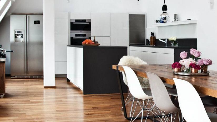 cucina con penisola tavolo sedie bancone frigorifero