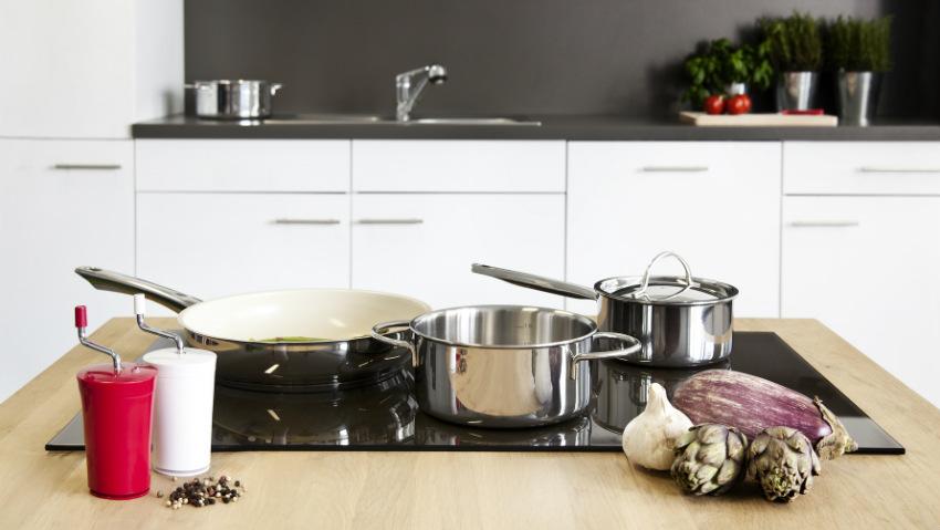 cucina con penisola fornelli pentole padella