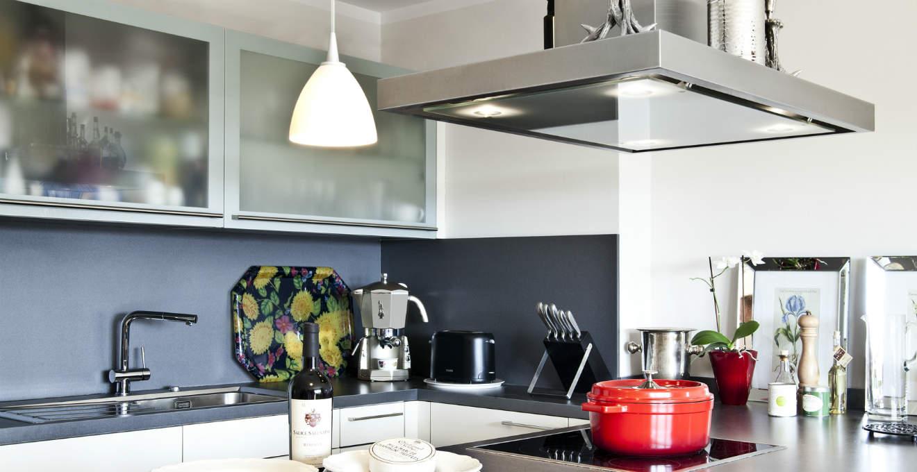Cucine in acciaio eleganza moderna westwing dalani e ora westwing - Cucine in acciaio ikea ...