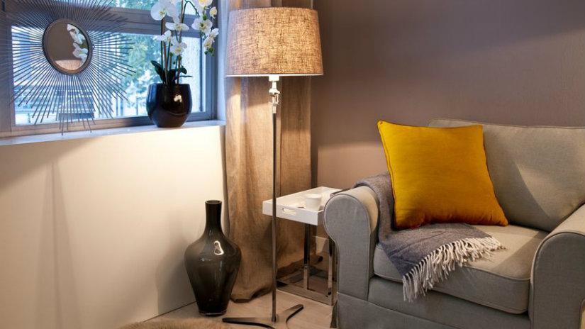 cuscini gialli divano grigio plaid lampada da terra