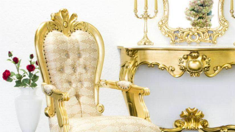 lampadario barocco poltrona consolle dettagli in oro