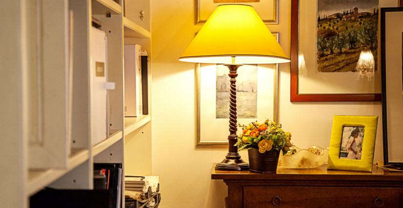 mobili in ciliegio e lampada gialla