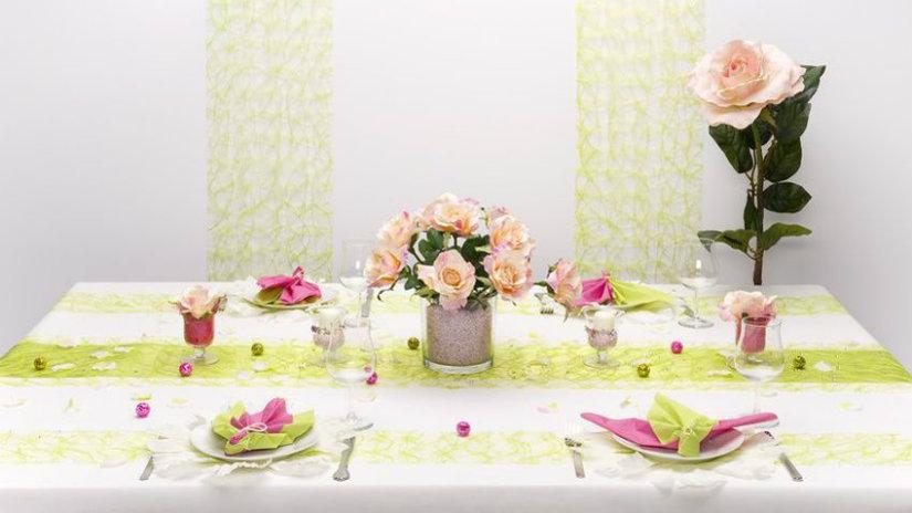 runner verde tavola fiori rose bicchieri
