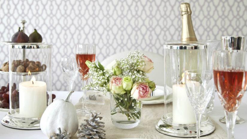 sala da pranzo bianca bottiglia calice fiori vino