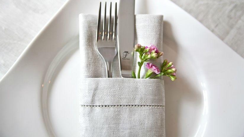 sala da pranzo bianca posate tovagliolo piatto