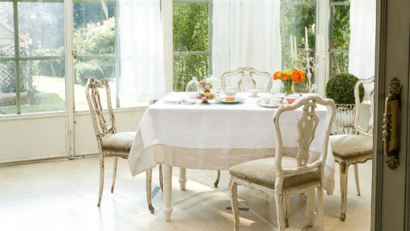 sala da pranzo bianca tavolo sedie tovaglia tende